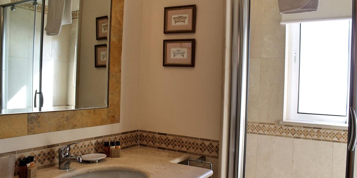 17 MHRD Casa Bela Vista Bathroom Family