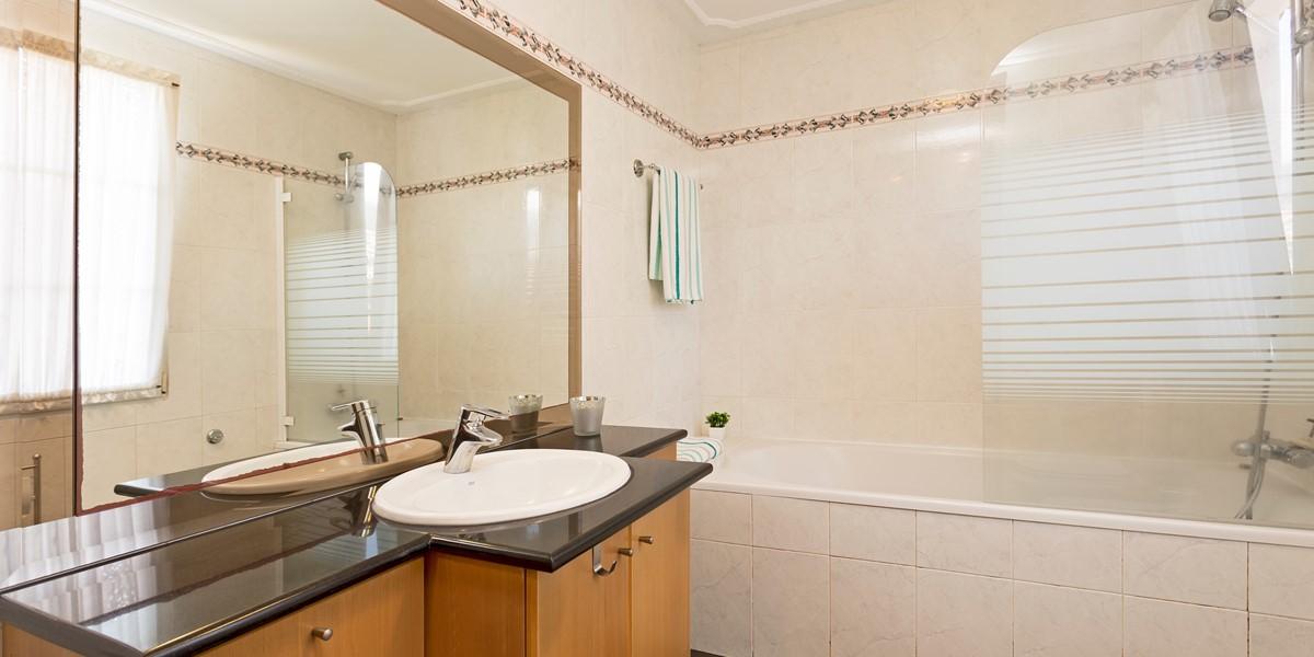 19 MHRD Casa Petronella Bathroom Family