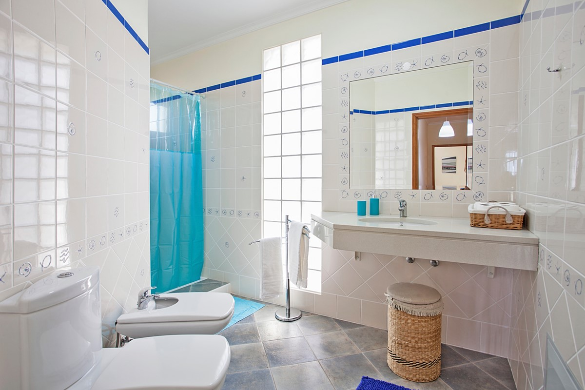 20 MHRD Casa Das Neves Bathroom Shared