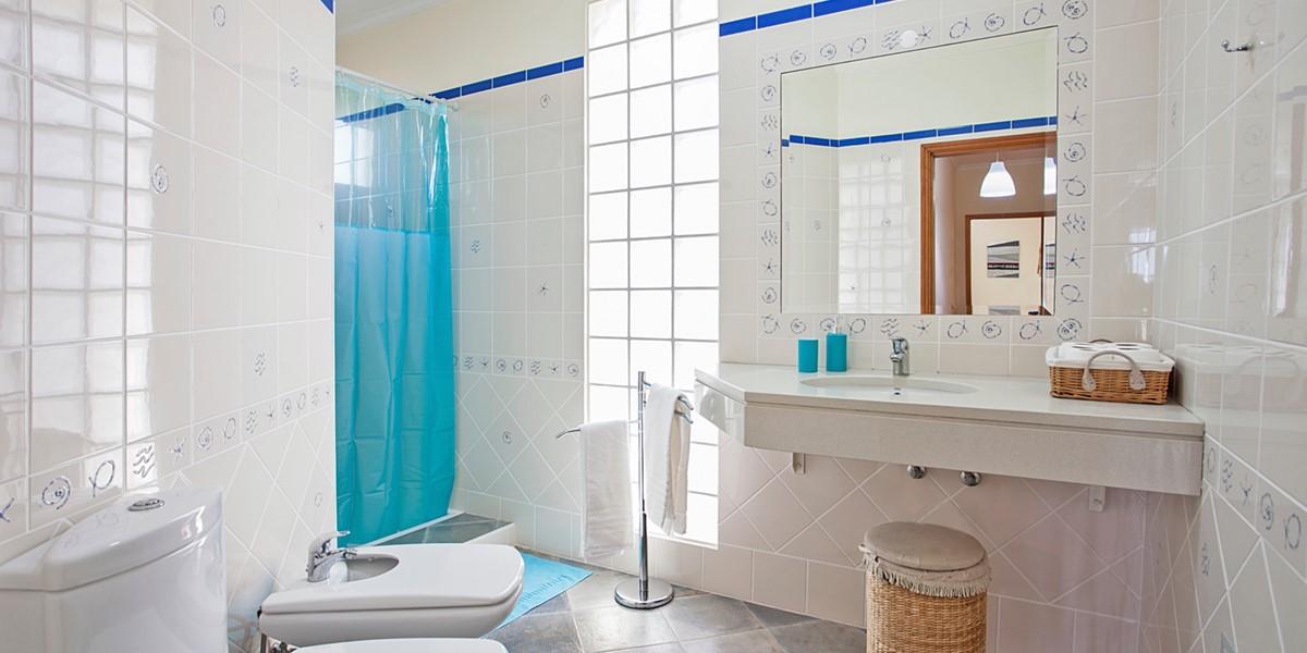 20 MHRD Casa Das Neves Bathroom Shared