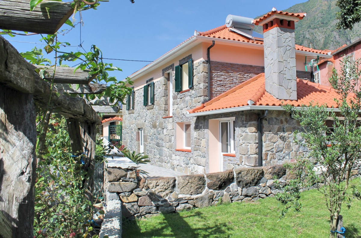1 MHRD Dinis Country Cottage Exterior Main 2