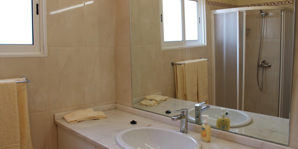 13 MHRD Dinis Country Cottage Family Bathroom