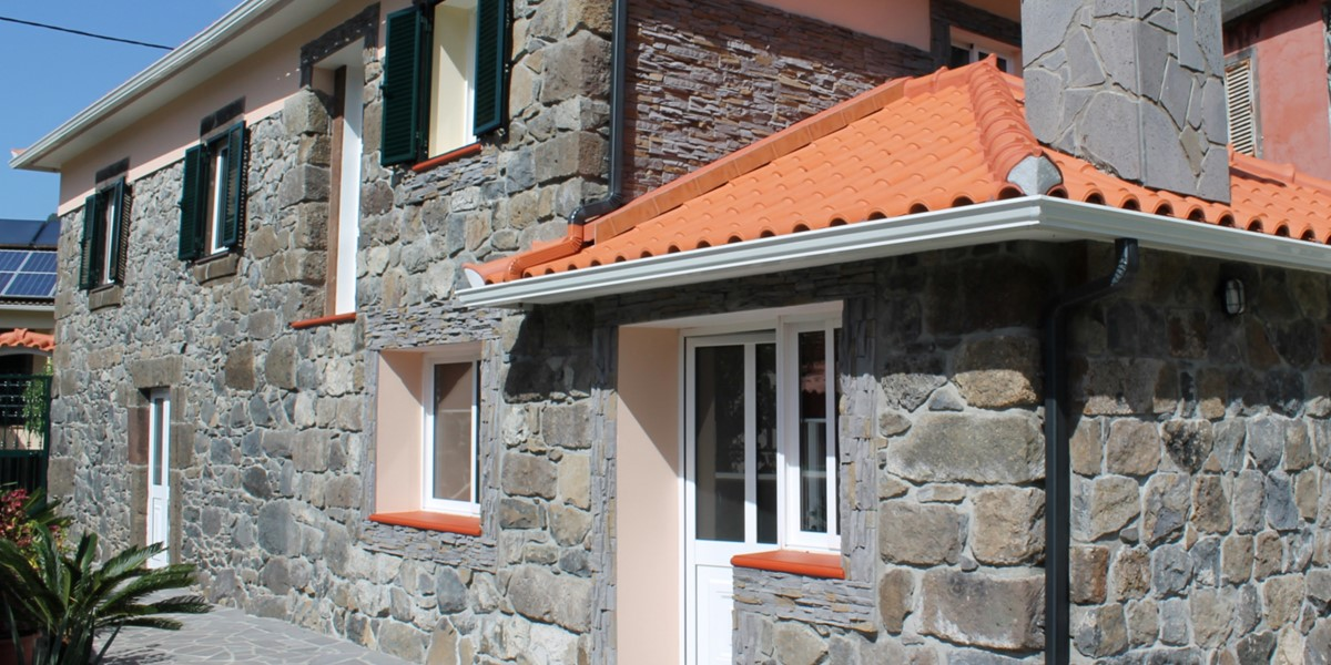 18 MHRD Dinis Country Cottage Exterior Close Up