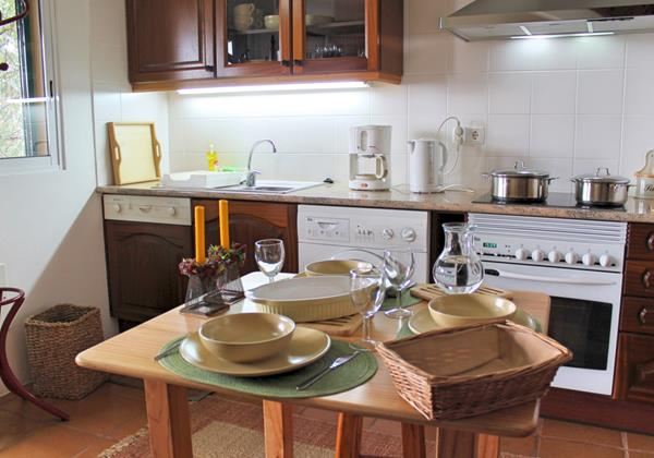 4 MHRD Escapada Dos Cavaleiros Haybarn Cottage Dining Kitchen