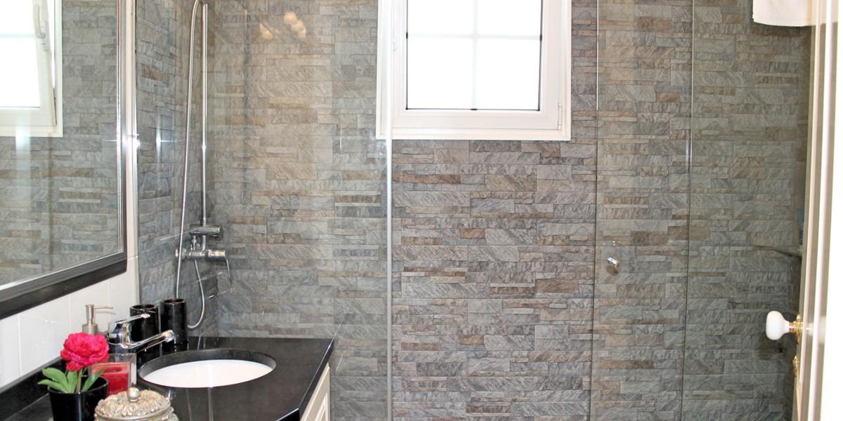 22 MHRD Villa Luzia Family Bathroom