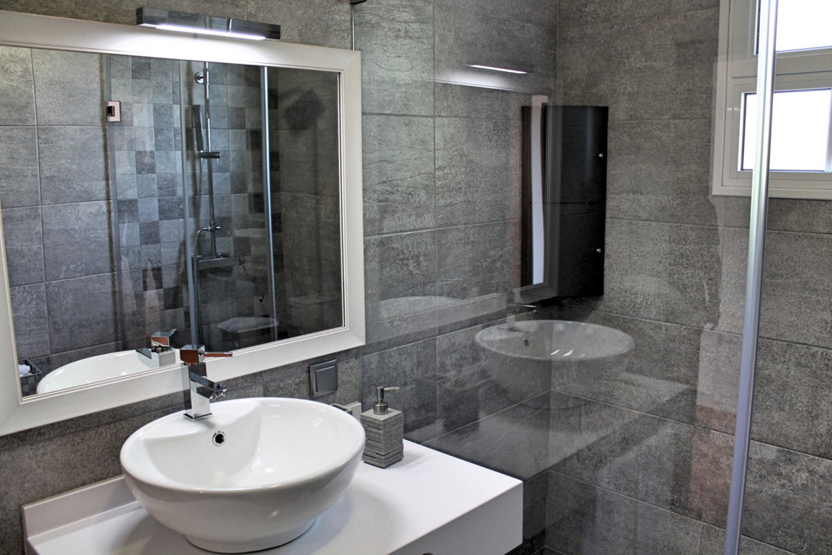 18 MHRD Casa Jardim Mar Bathroom En Suite To Master